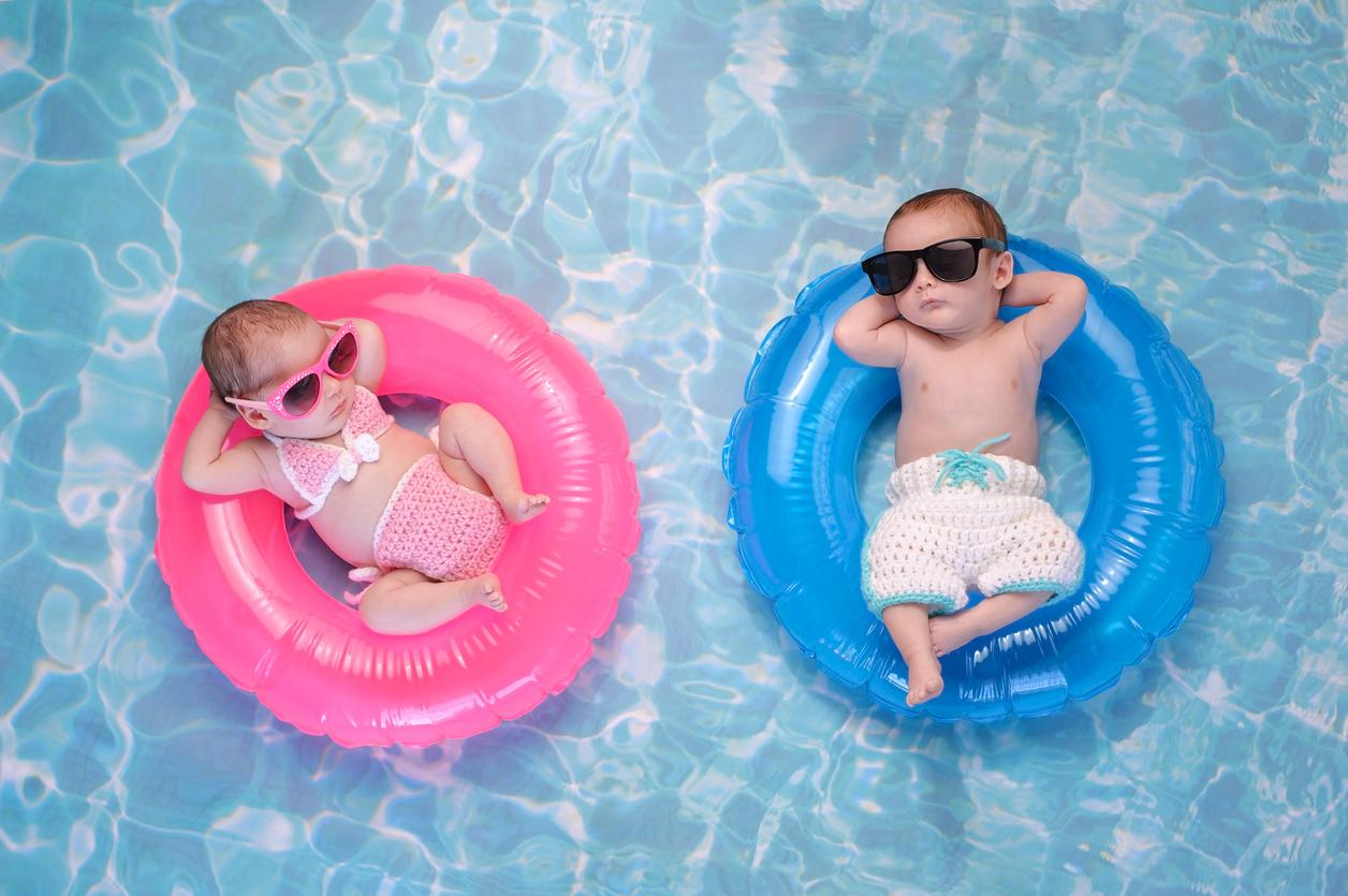 Dos bebés en flotadores en una piscina