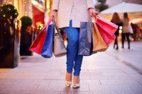 Piernas de mujer y bolsas de la compra