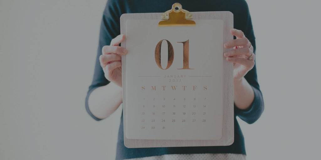 Mujer enseñando una hoja de calendario