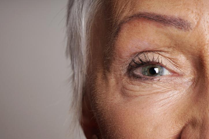 Primer plano mujer canosa ojo verde