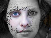 Cara de mujer con piel quebrada