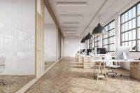 Oficina vacía con suelo de madera