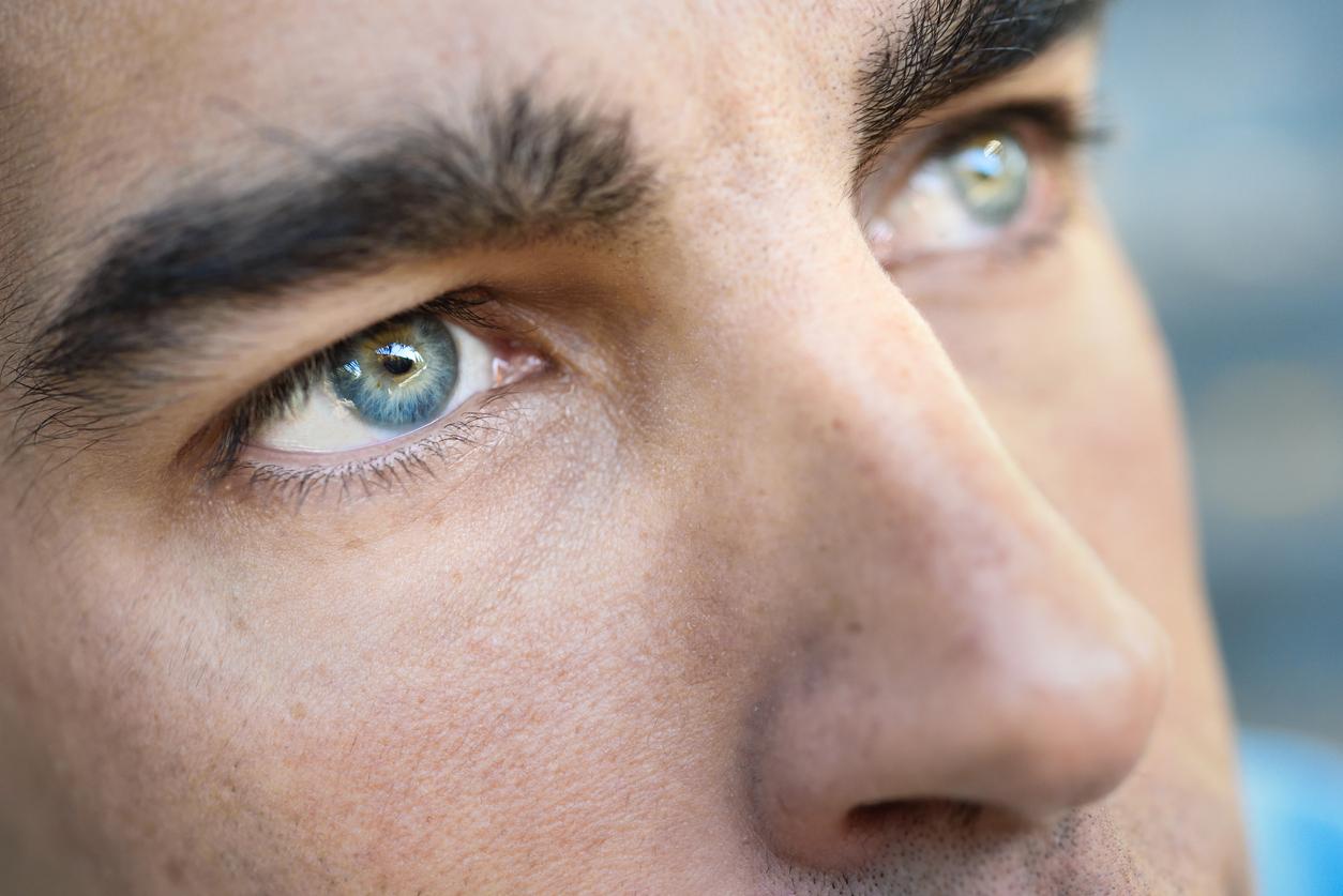 Hombre con los ojos azules de perfil