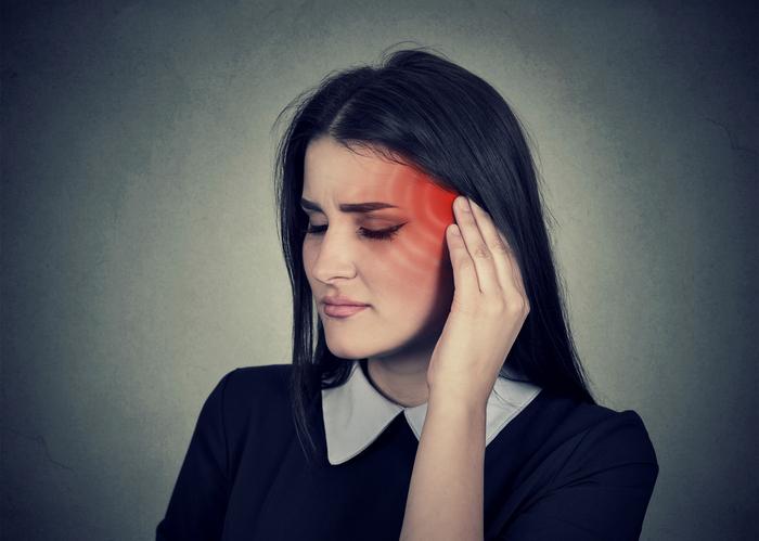 Mujer frotándose la sien