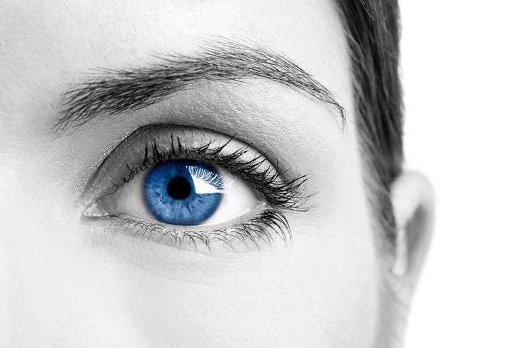 Cara en blanco y negro y ojo azul
