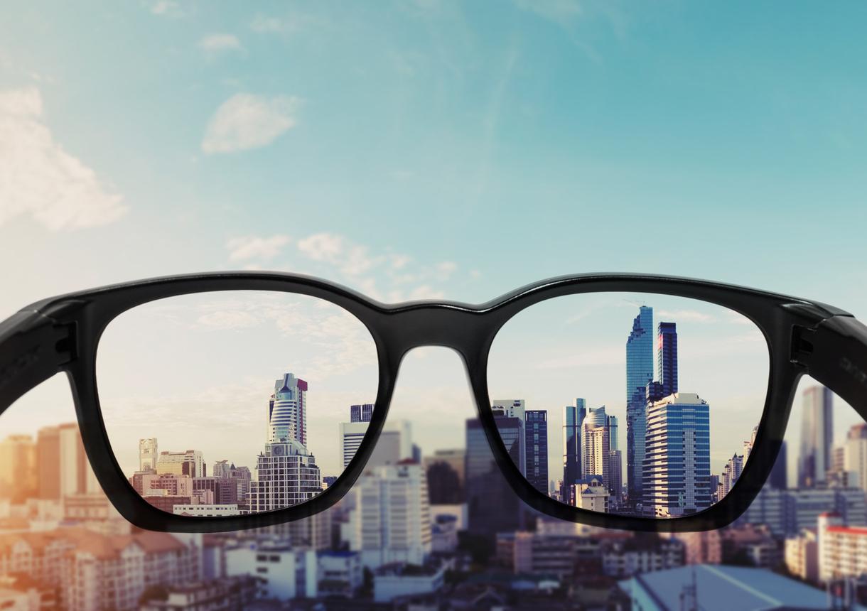 Gafas negras enfocando una ciudad