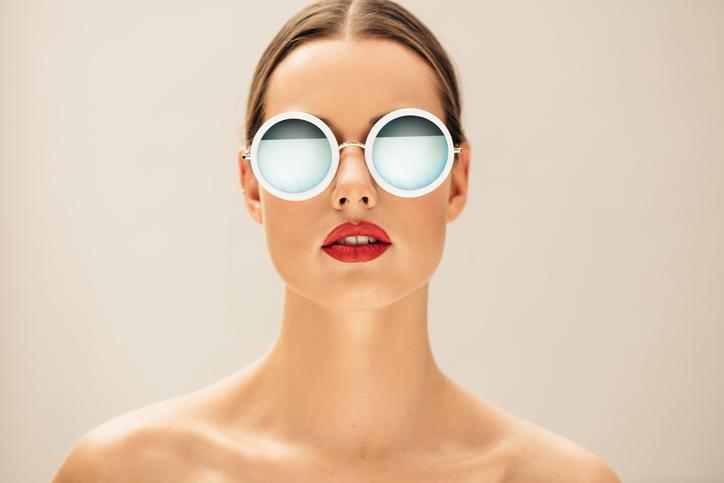 Mujer con gafas de sol de espejo