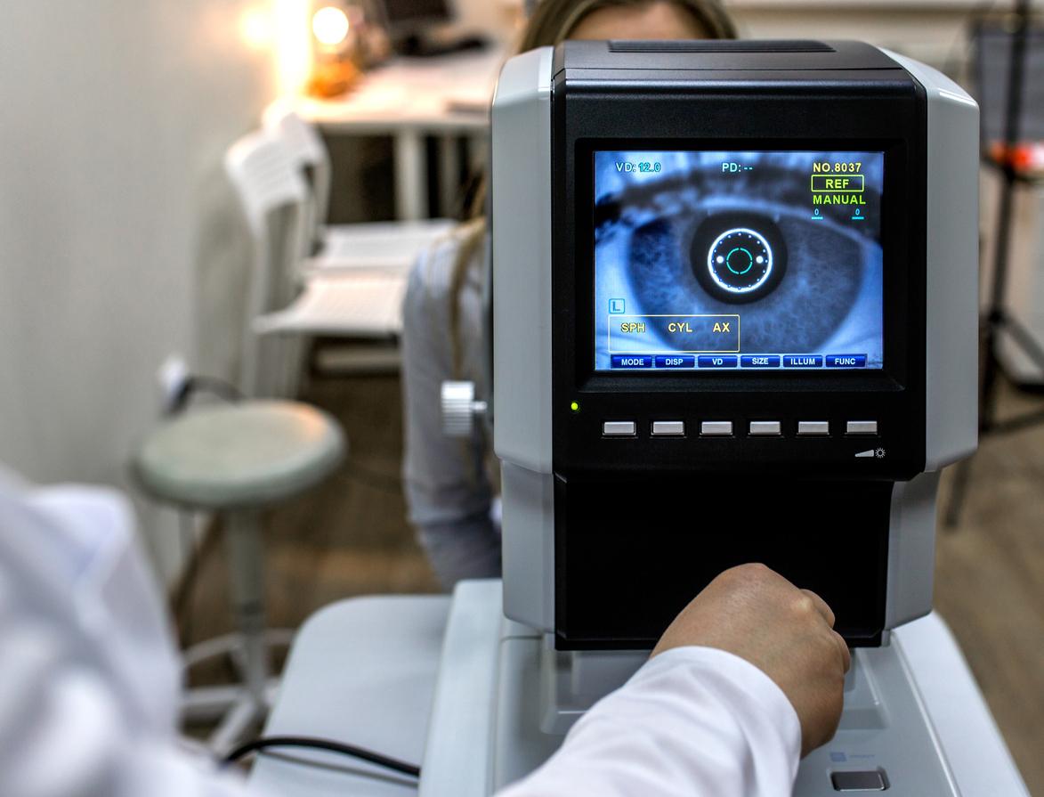 Mujer haciéndose una prueba en consulta de oftalmología