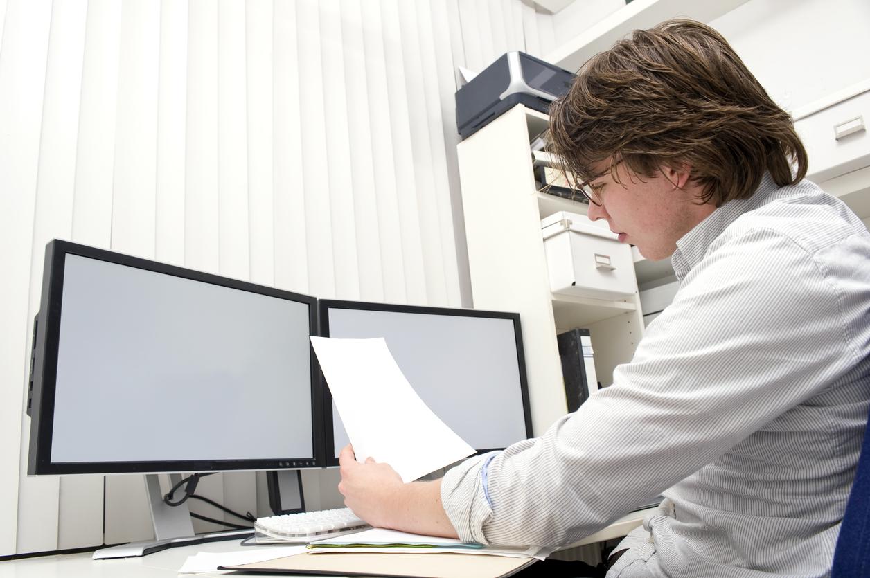 Hombre con gafas trabajando frente al ordenador