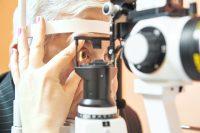 Paciente con camisa a rayas en revisión ocular