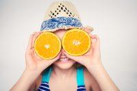 Niño con gorro y naranjas en los ojos