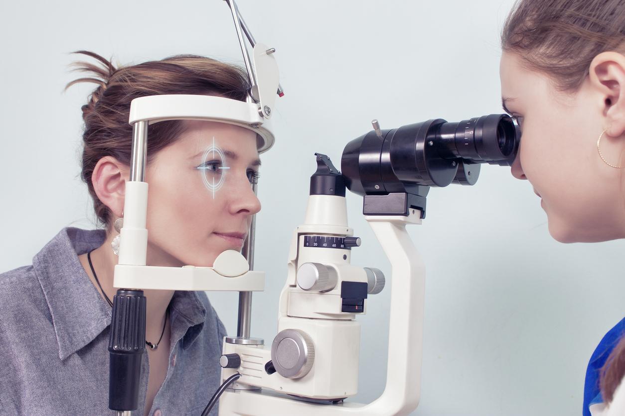 Mujer con el pelo recogido se hace una prueba en la consulta de oftalmología