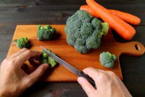 Cortando brócoli y zanahorias