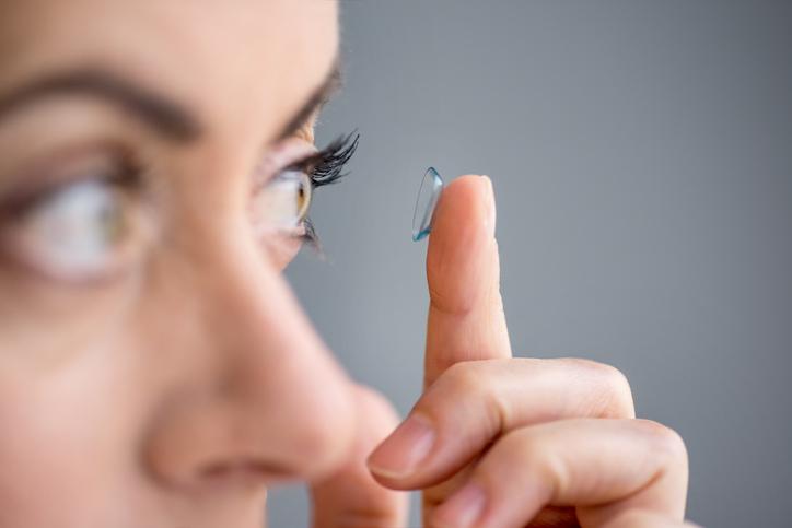Mujer poniéndose las lentillas