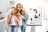 Madre e hija en consulta de oftalmología