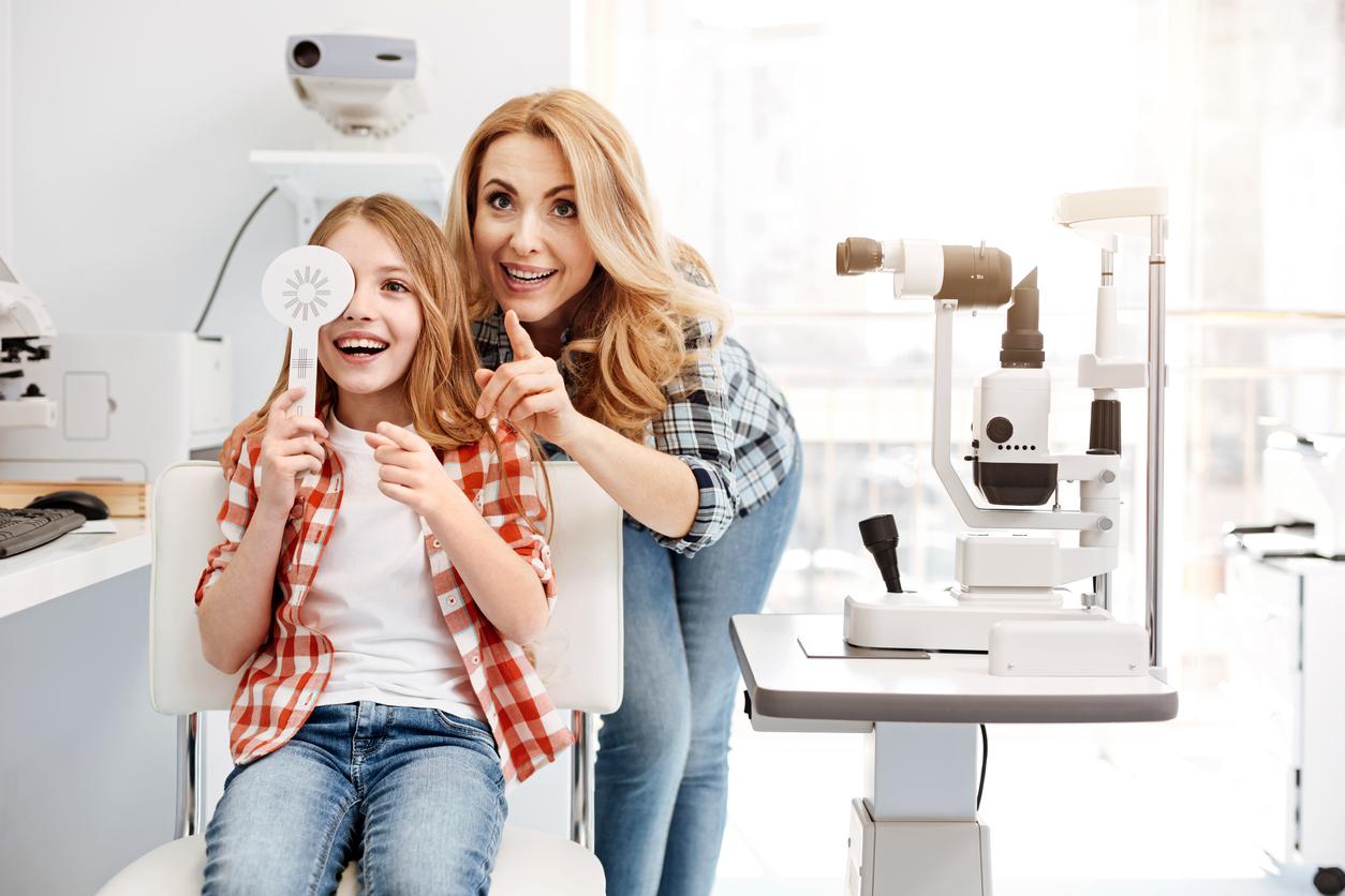 Mujer rubia y niña en consulta de oftalmología