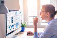 Mujer con gafas trabajando frente a pantalla de ordenador
