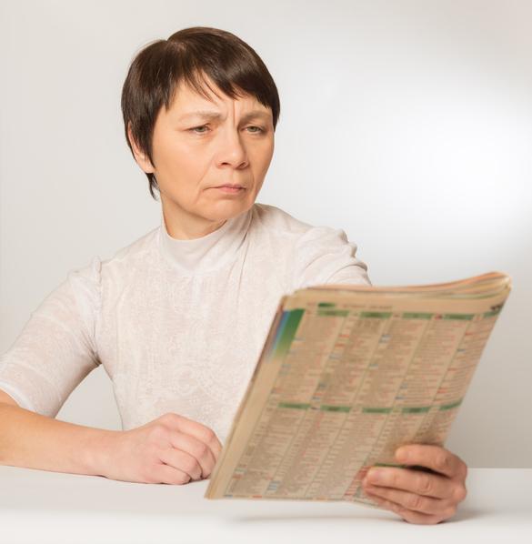 Mujer leyendo un periódico