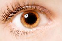 Ojo marrón claro con la pupila dilatada