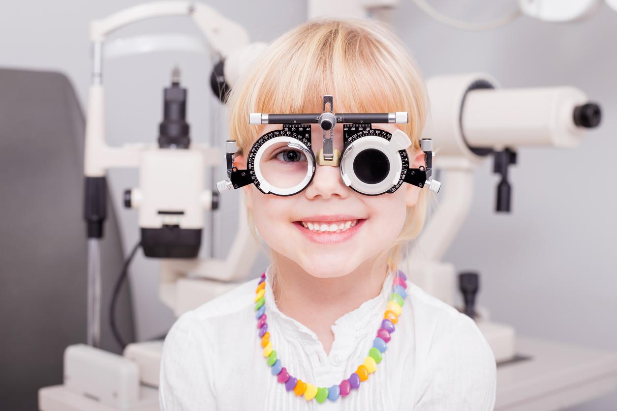 Niña rubia con collar durante revisión oftalmológica