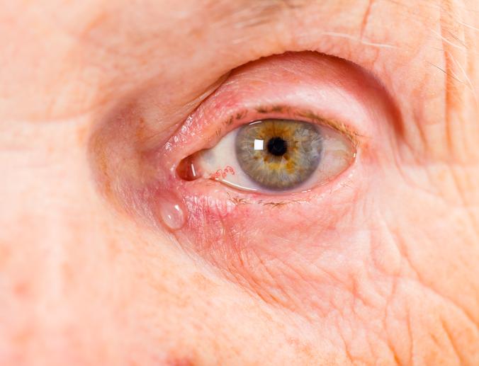 Primer plano ojo de anciano con lágrima