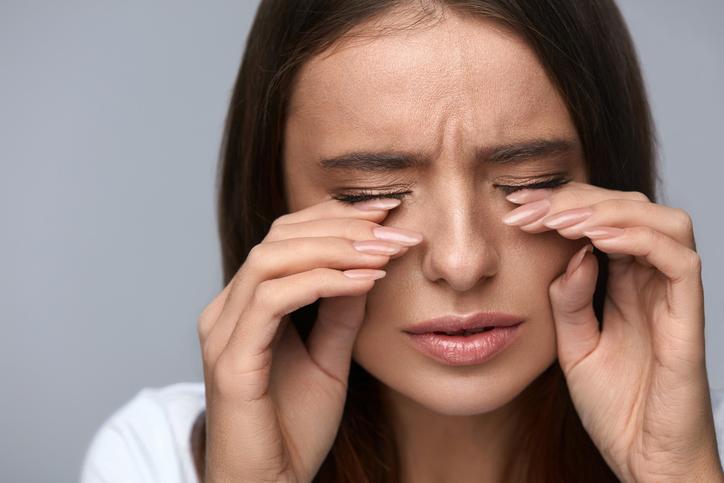 Dolor de cabeza detrás de un ojo y parte superior de la cabeza
