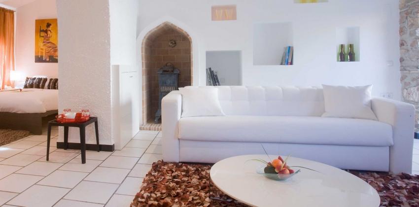 Habitación de hotel con sofá blanco