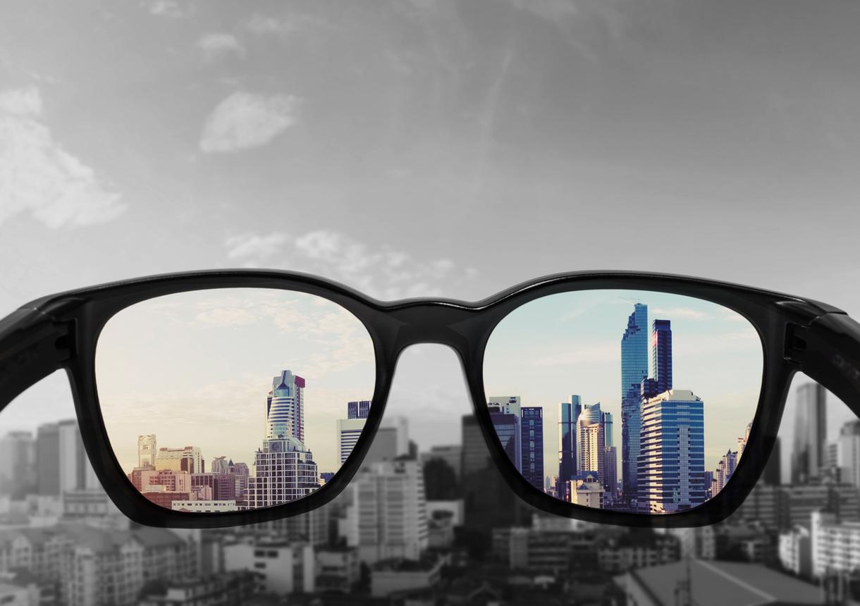 Gafas negras enfocando imagen de ciudad
