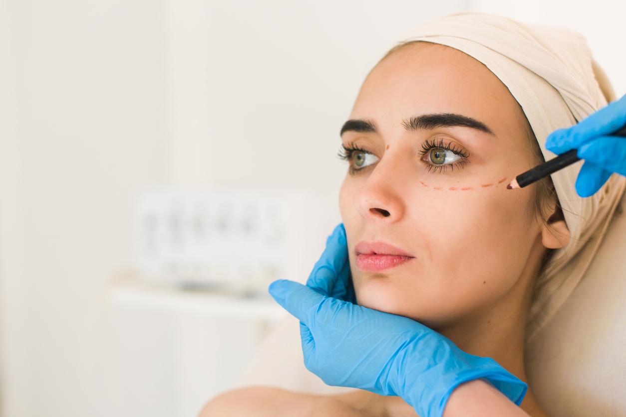 Mujer con ojos verdes preparándose para cirugía