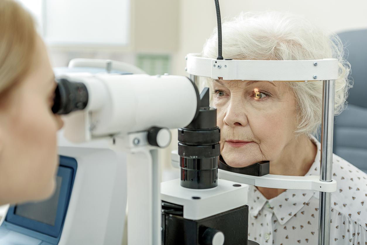Mujer con pelo canoso y camisa durante revisión oftalmológica