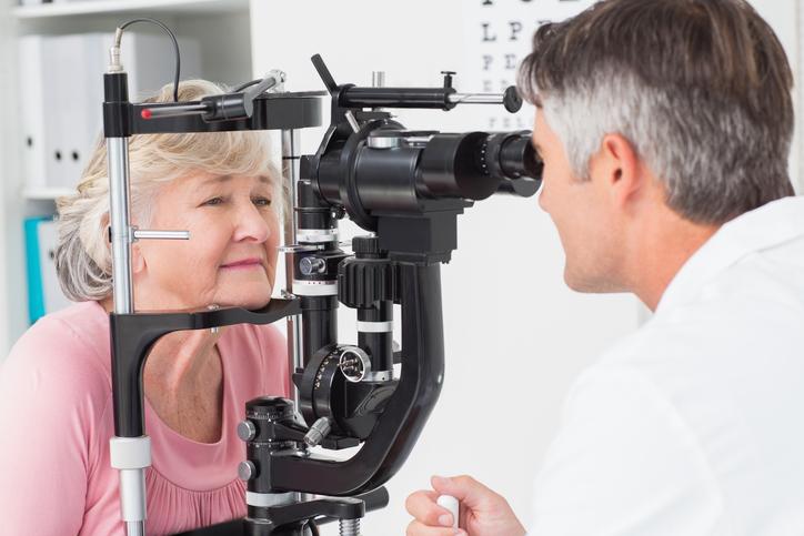 Mujer rubia madura durante prueba oftalmológica