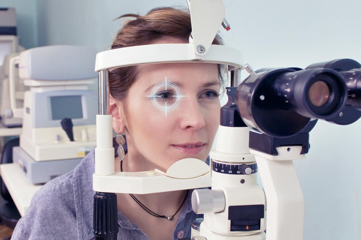 Mujer durante una prueba oftalmológica