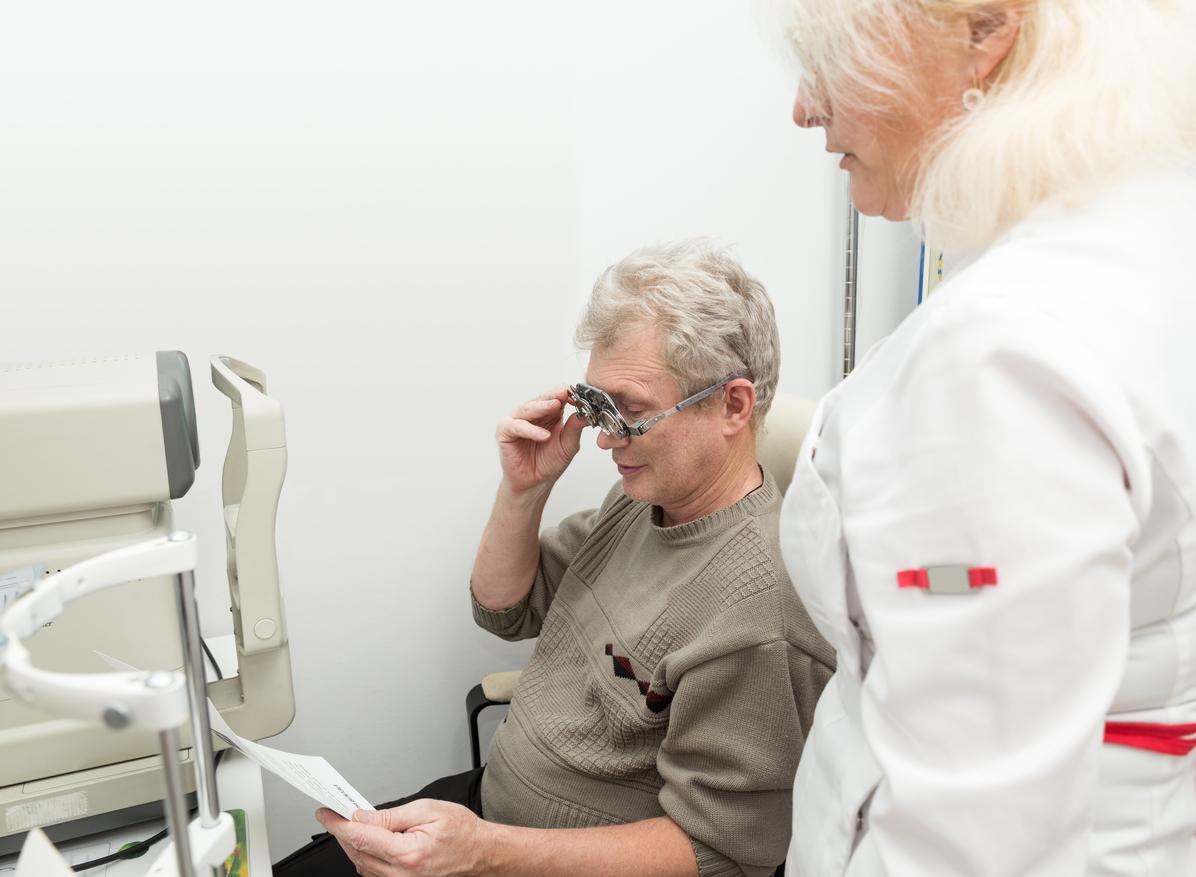 Hombre realizándose una prueba para comprobar su visión cercana