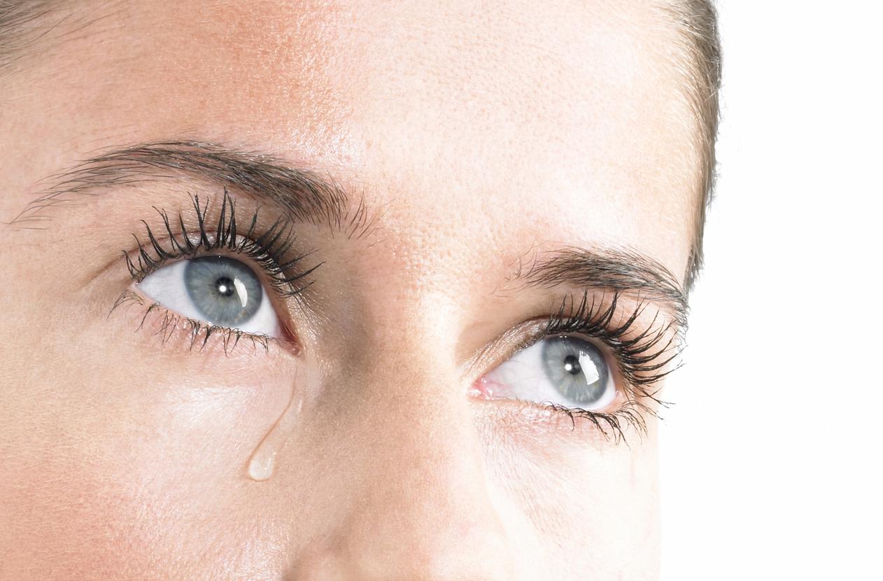 Mujer de ojos azules llorando
