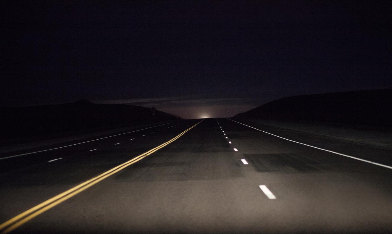 Carretera en noche cerrada