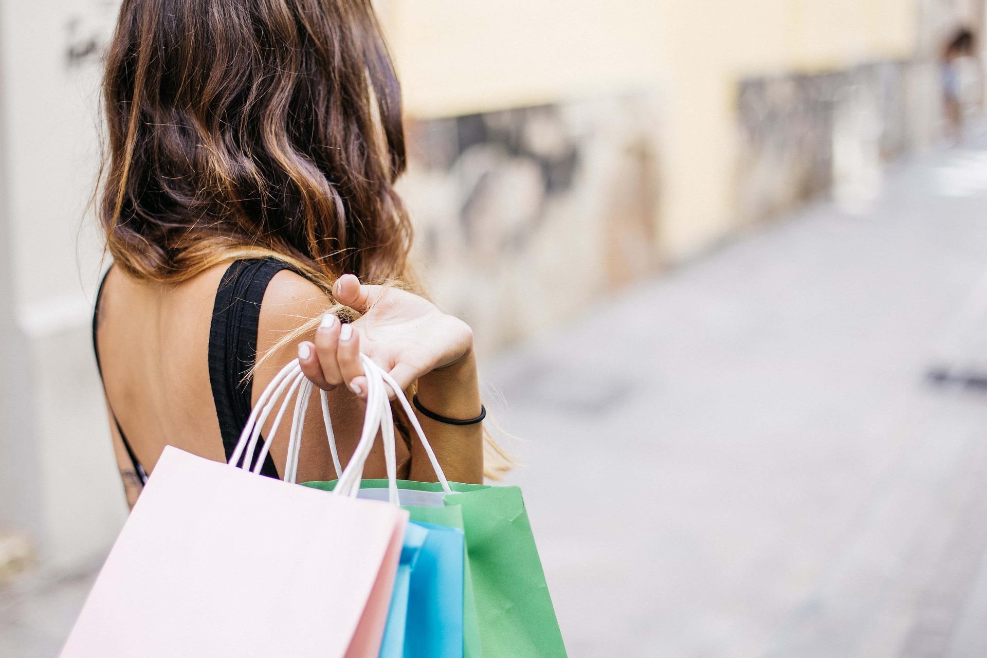 Chica con bolsas de compra
