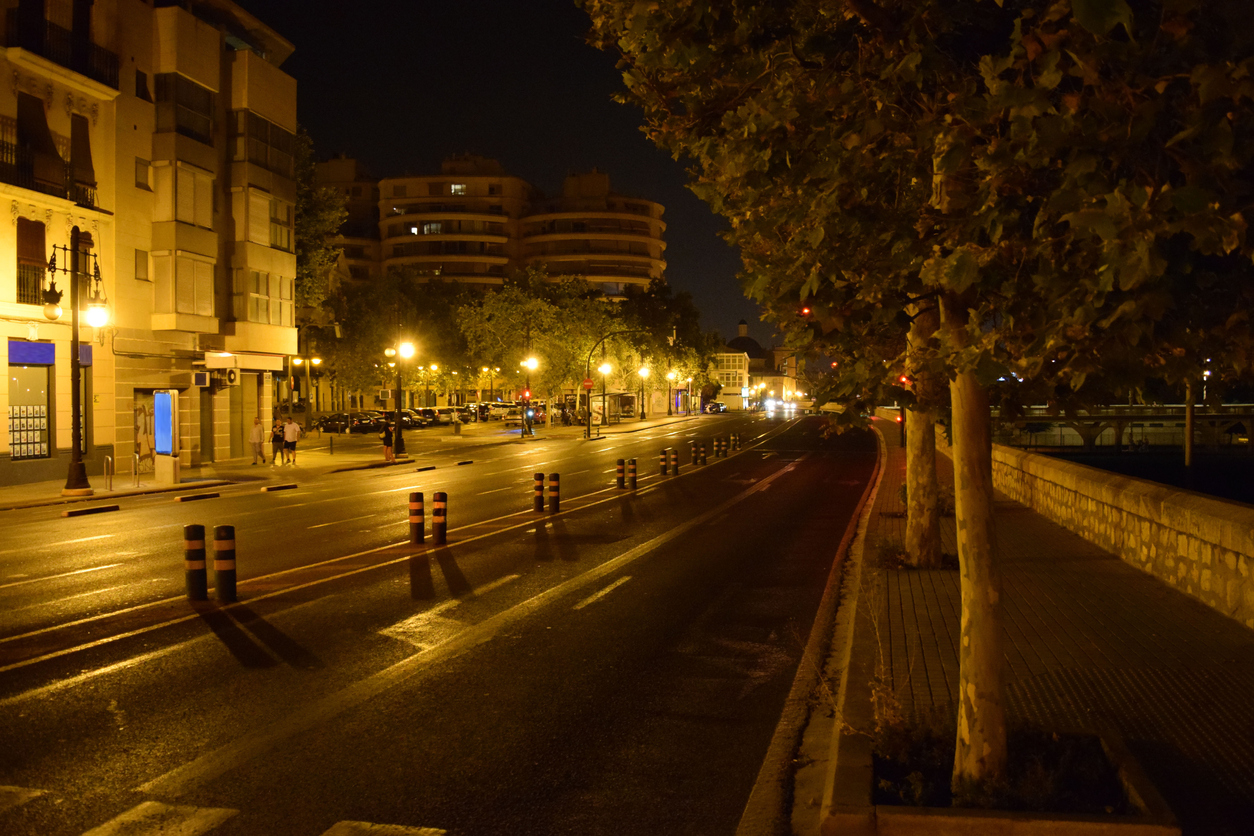 Calle de noche con luces