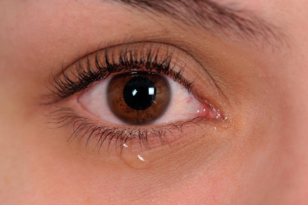 Ojo marrón con lágrima