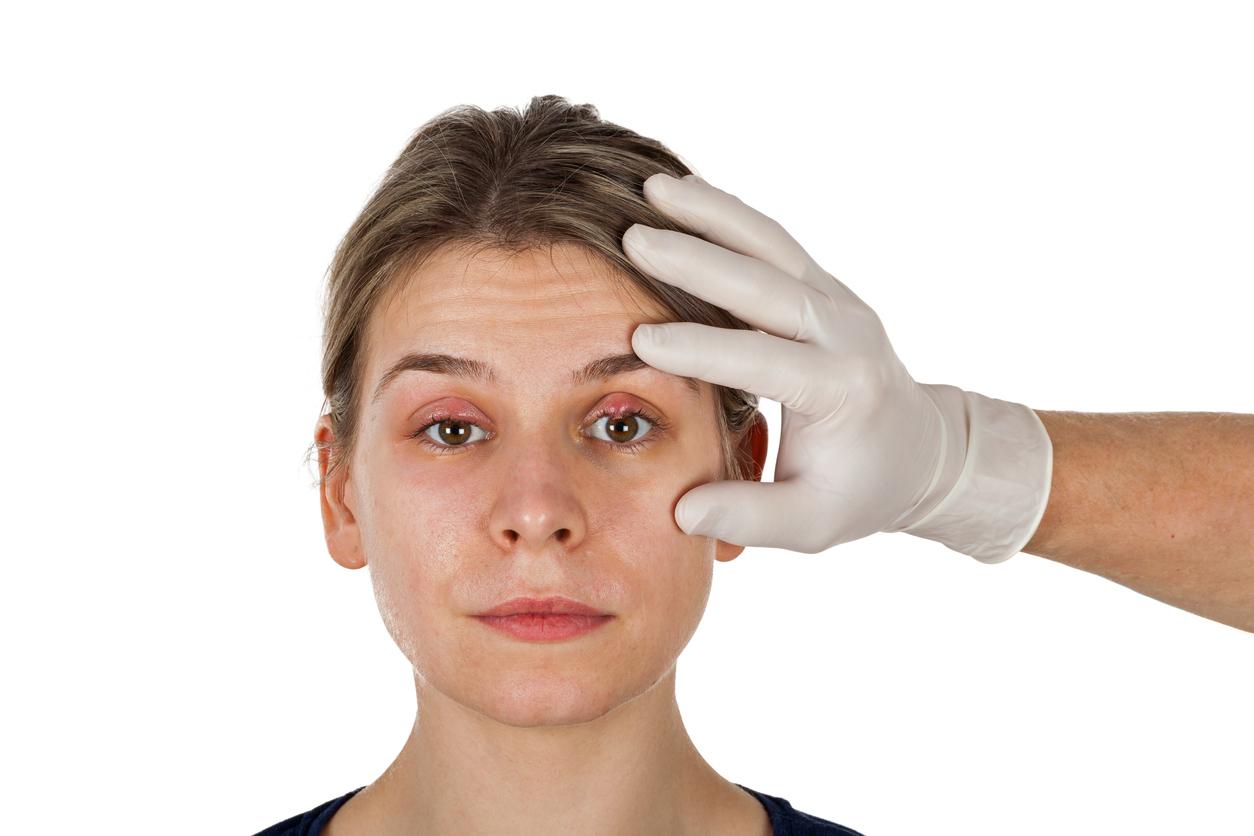 Sanitario examinando el ojo de una paciente