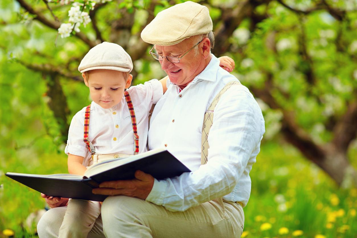 Niño y abuelo leyendo un libro