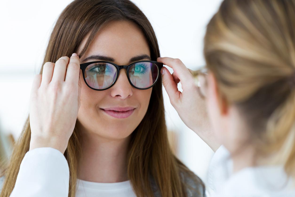 Chica probándose unas gafas en la óptica
