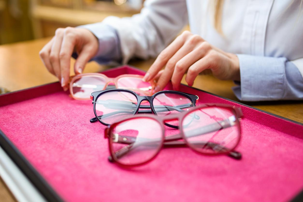 Tres gafas en un expositor