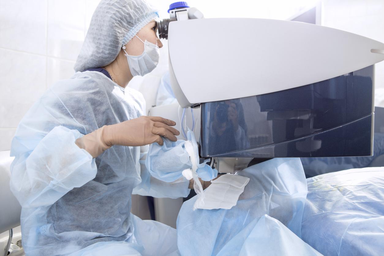 Cirujana realizando una operación oftalmológica en un quirófano