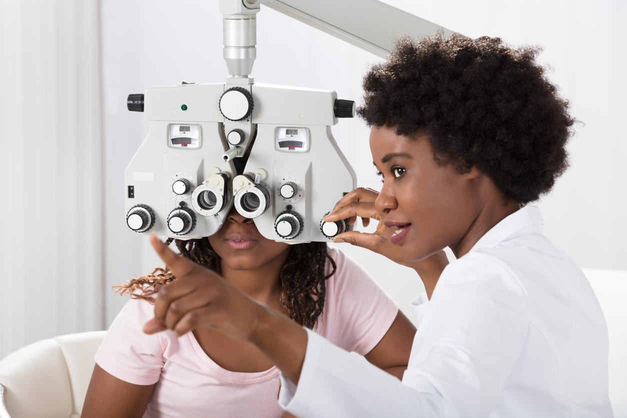 Oftalmóloga revisa la agudeza visual de una adolescente