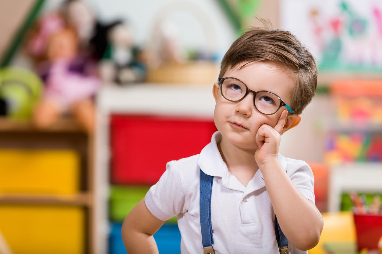 Niño con gafas y tirantes