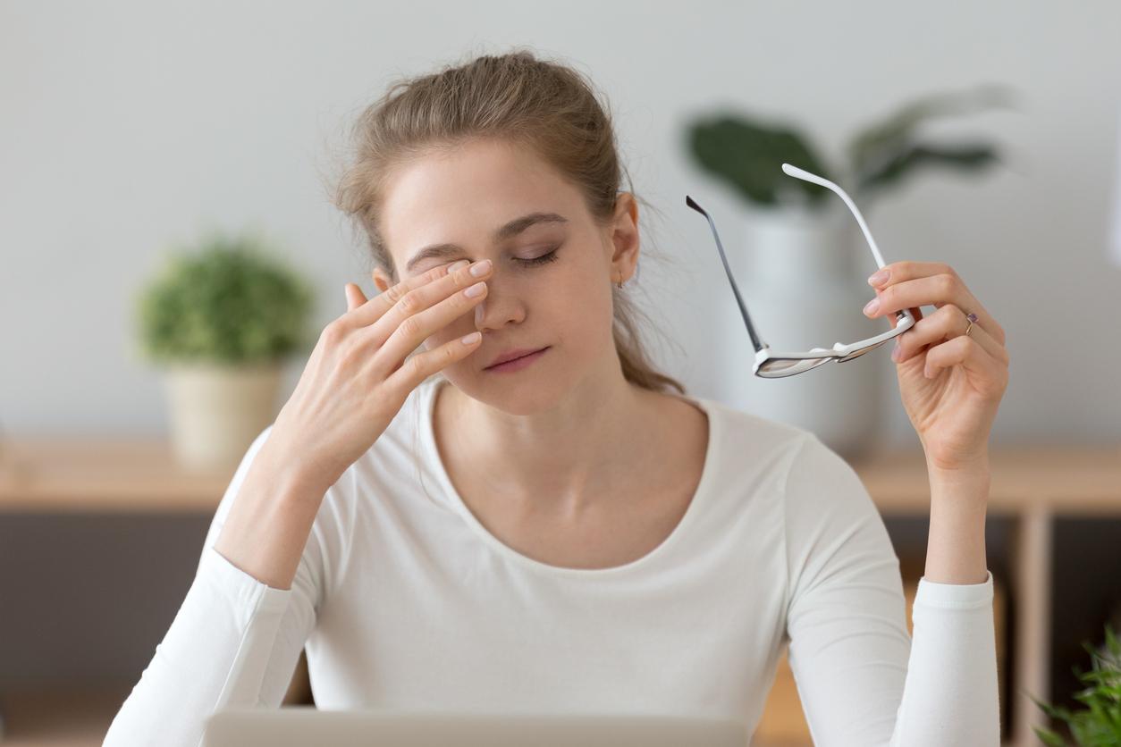 Chica joven frotándose el ojo izquierdo