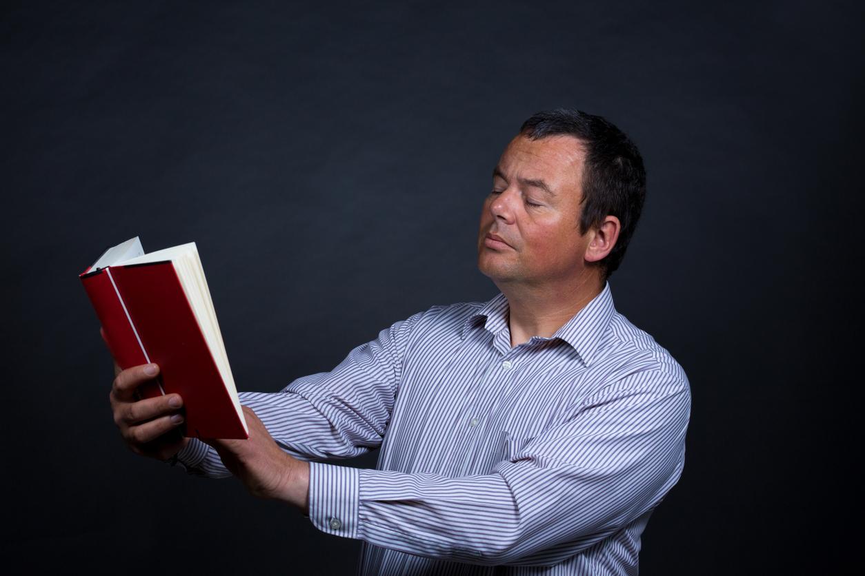 Hombre maduro necesita gafas para leer