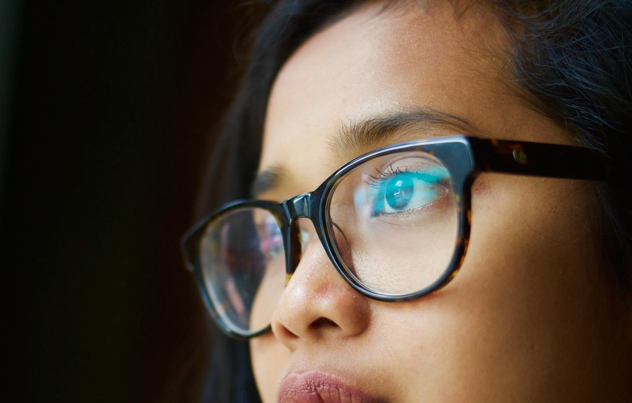 Mujer de perfil con gafas negras