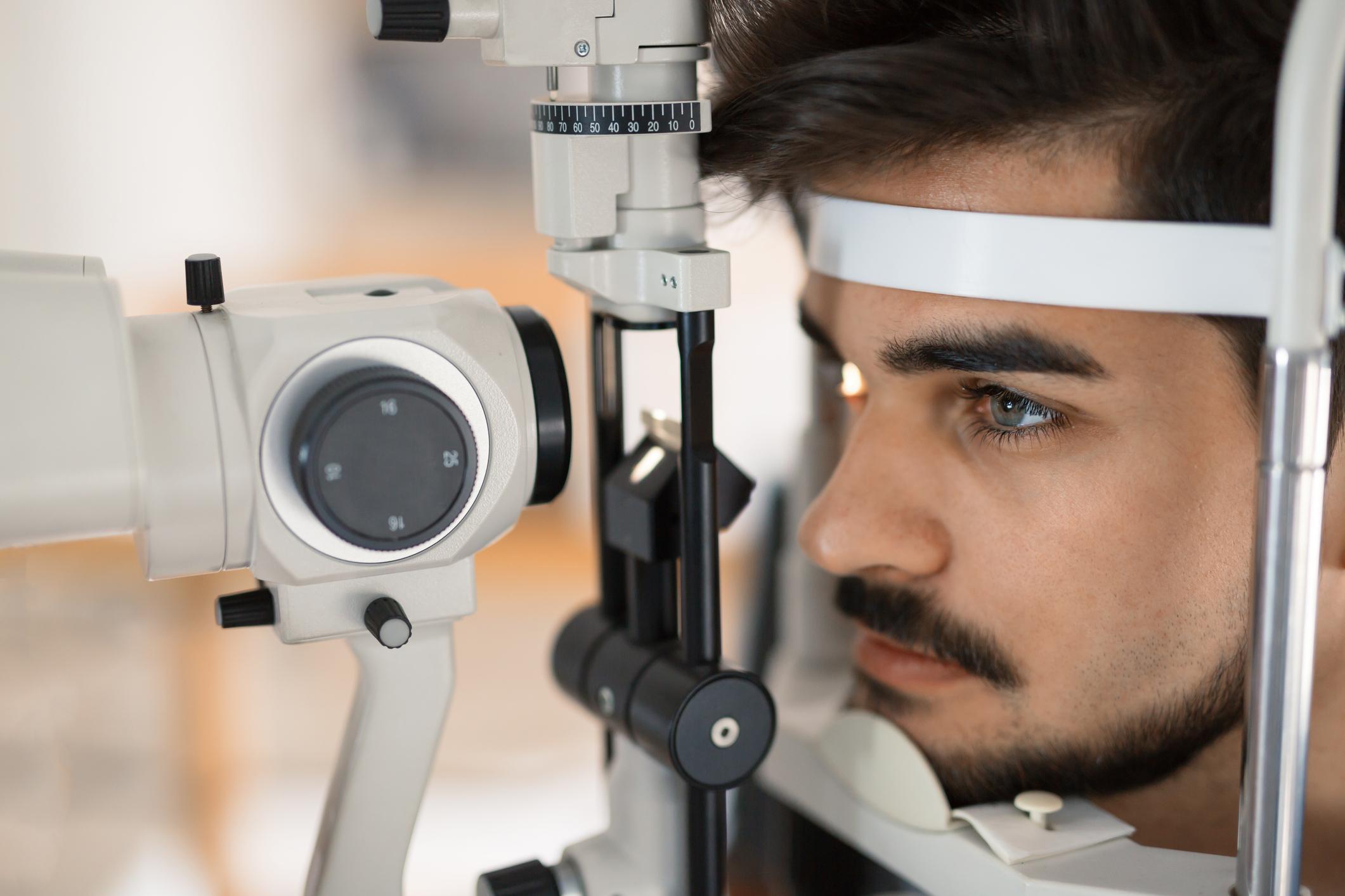 Hombre con barba y bigote durante una revisión oftalmológica