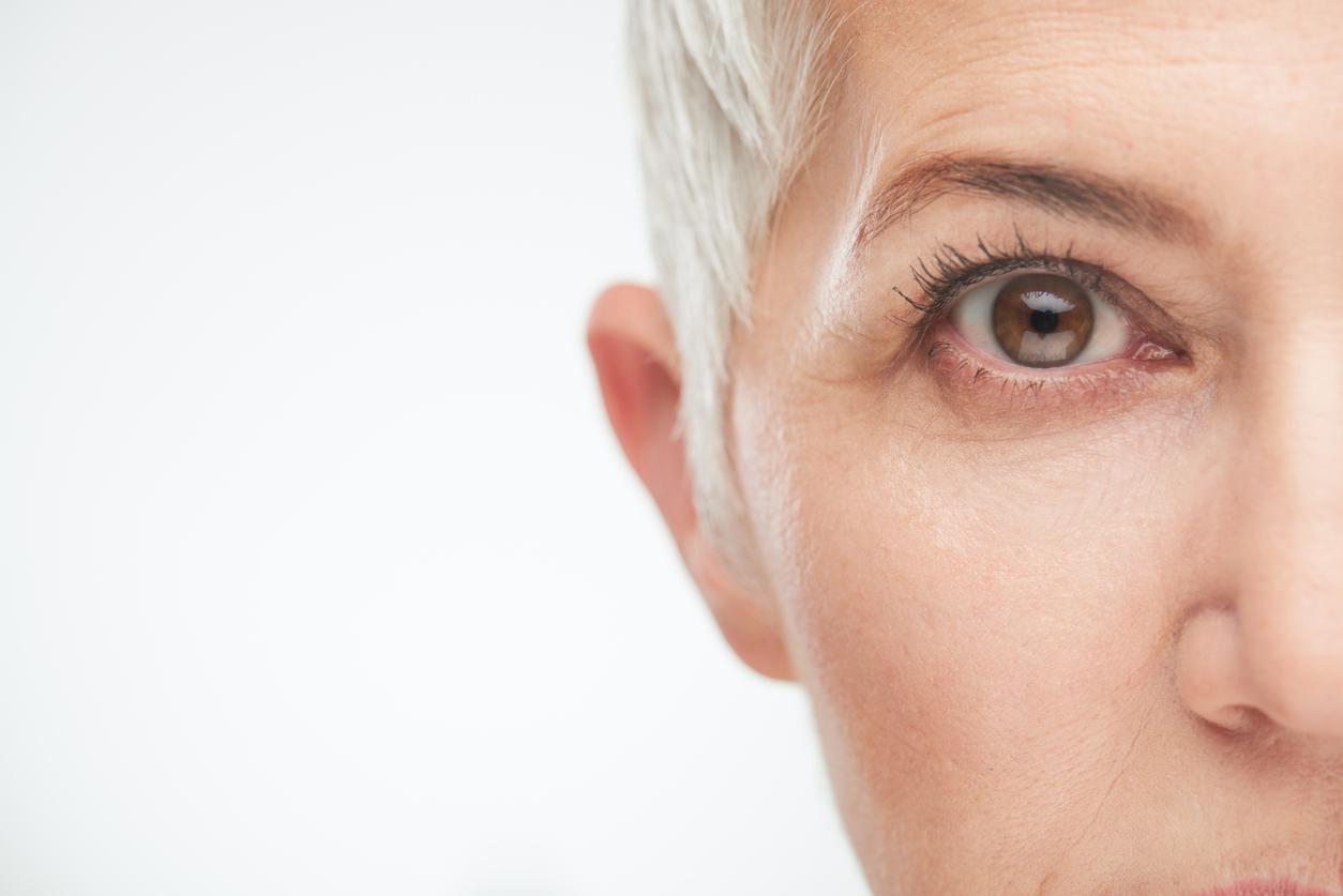 Primer plano del ojo derecho de una mujer